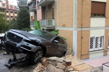 Roma, incidente rocambolesco di una Jaguar a Vigna Clara