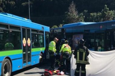 Gazzaniga (BG), scontro tra autobus alla fermata; un morto (video dell'incidente)